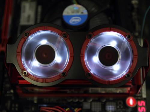 ファンに白色LEDが内蔵されており、通電中は常時点灯する。