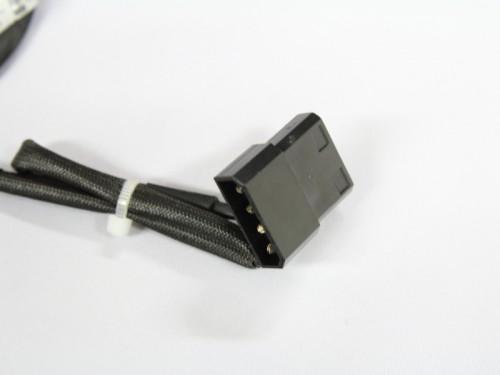 電源コネクタはペリフェラル(4ピン)。オスメス一体コネクタなので、メモリファンの先に他のデバイスを接続可能