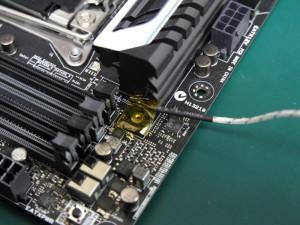 温度センサーはヒートシンクの端に取り付けた。