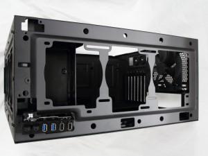 天板のファン搭載部。標準ではファンを搭載していない。120mmファン3基か140mmファン2基を搭載可能。また、360mmや280mmのラジエーターも搭載できる。
