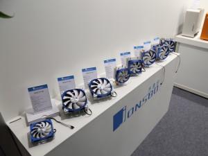 国内ではケースメーカーとして知られるJonsbo。こちらもCPUクーラーを複数展示しており、中には本格的なサイドフローCPUクーラーもあった。