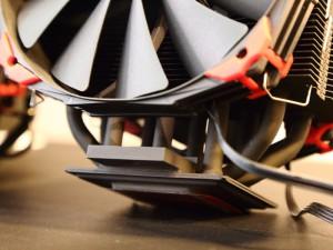 ベース部分に独自の熱輸送ユニットを採用。通常のヒートパイプも使ったハイブリッド仕様だ。