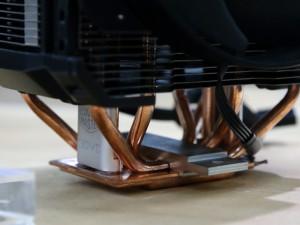CoolerMasterの新作CPUクーラー「MASTERAIR MAKER」。同社のバーティカル・ベイパーチャンバーと、ベースユニットのベイパーチャンバーを接続したような「3DVC」という新機軸を投入。理屈はID Coolingのユニットと同様のものだ。