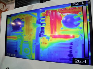 サーモグラフィでは、小口径ファンを搭載した方(画像左奥)が、VRM周辺の温度が低く保たれていることが分かる。