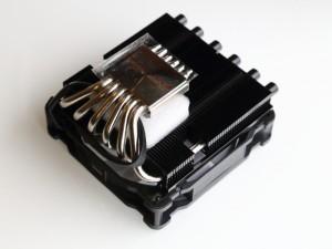 Phanteksの薄型トップフローCPUクーラー「PH-TC12LS」。物自体の出来は良さそうだが、ユニークな形状の「PH-TC14S」に比べ競合製品も多い。こちらも後日レビューを掲載予定。