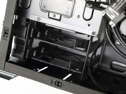 3.5インチHDDトレイ用の取り付け箇所。